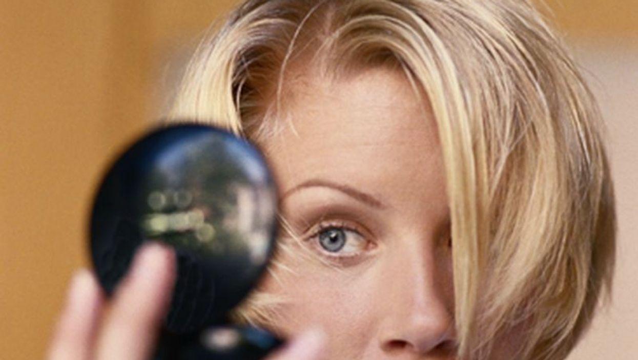 woman putting a makeup