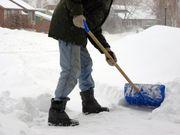 Palear nieve y los resbalones en el hielo son peligros del tiempo frío