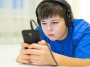 En los niños, los medios sociales y los atracones de comida con frecuencia van de la mano