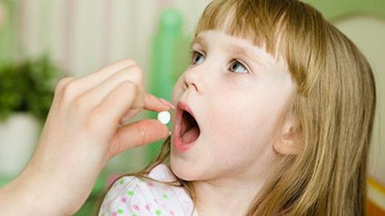 Tragar las píldoras y los niños
