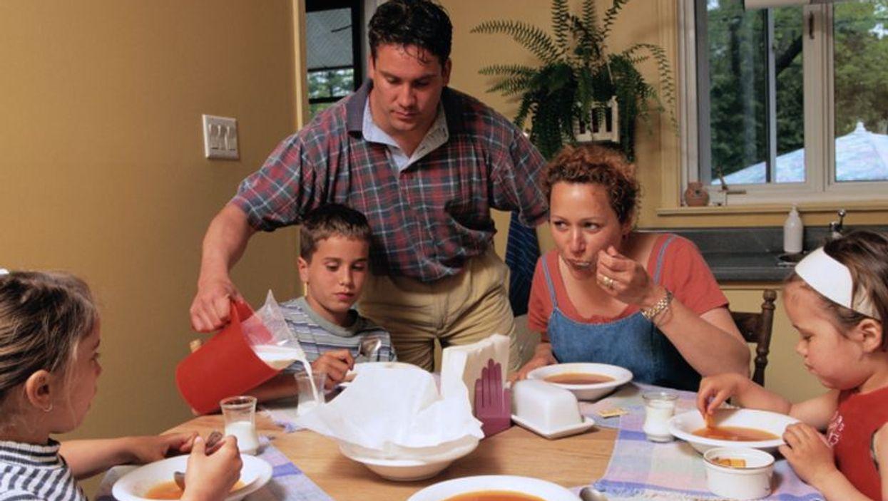 Heavy Moms Likelier to Pile Food on Kids' Plates: Study