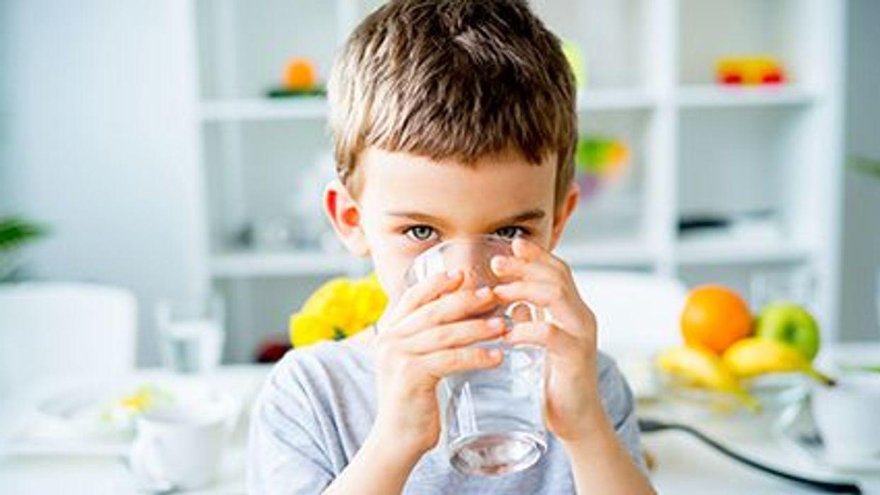¿Agua, refrescos, leche o jugo?