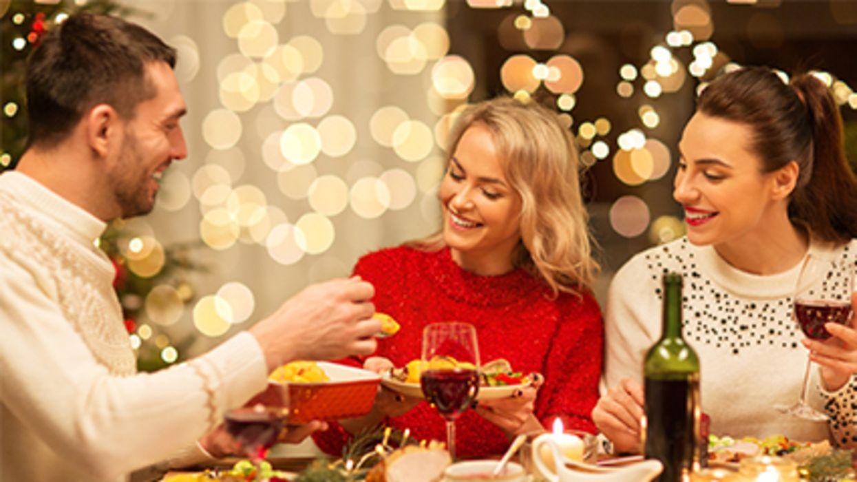La mayoría de los estadounidenses piensan tomar precauciones contra el COVID durante esta temporada navideña, según una encuesta nueva