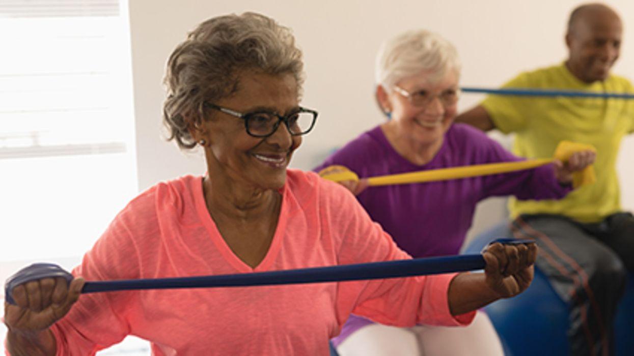 ¿Se siente solo? Las clases de ejercicio en grupo – en persona o virtuales – pueden ayudar