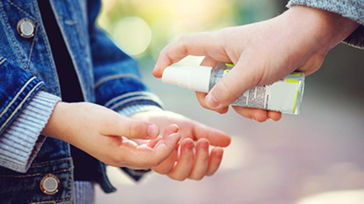 Un estudio halló que más niños están sufriendo lesiones en los ojos debido a los desinfectantes para las manos