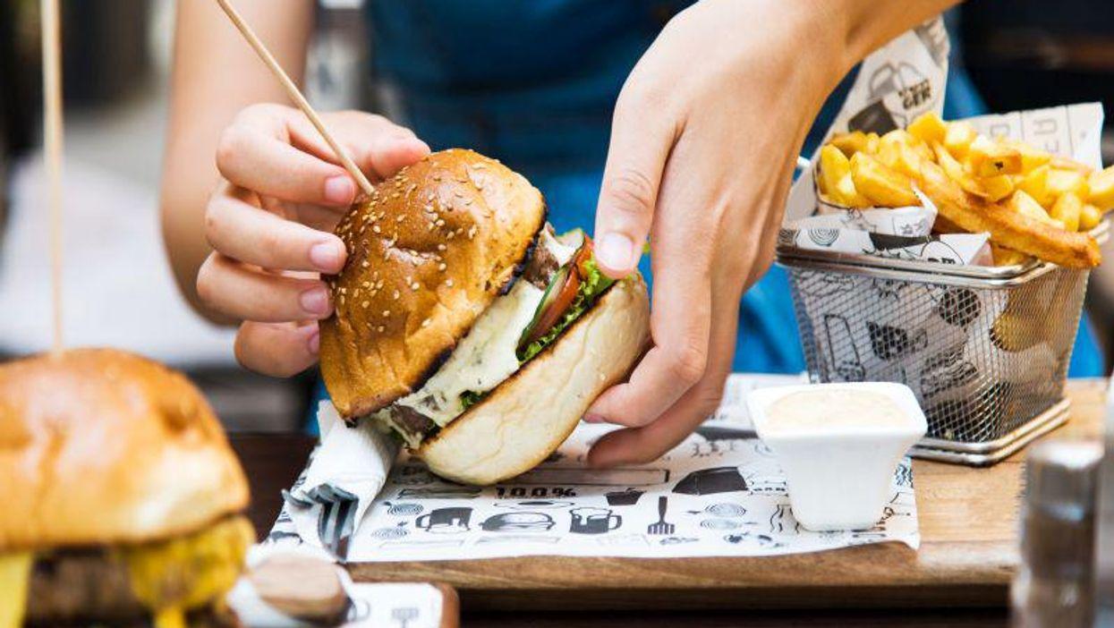 Demasiada comida de restaurante podría acortar su vida