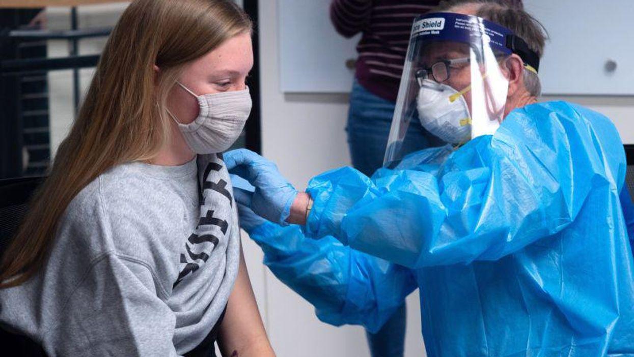 ¿Las vacunas pueden frenar la transmisión de la COVID? Un estudio universitario busca averiguarlo