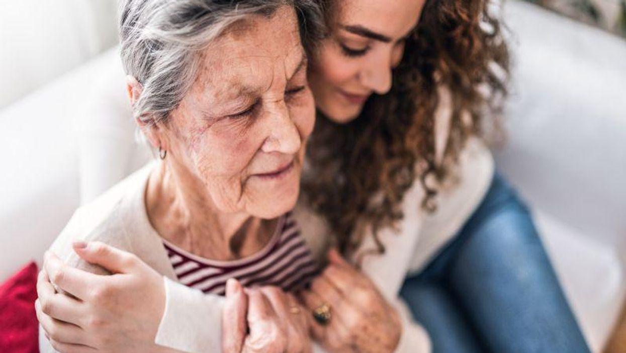 Muchos adolescentes y adultos jóvenes están ayudando a cuidar a sus seres queridos mayores