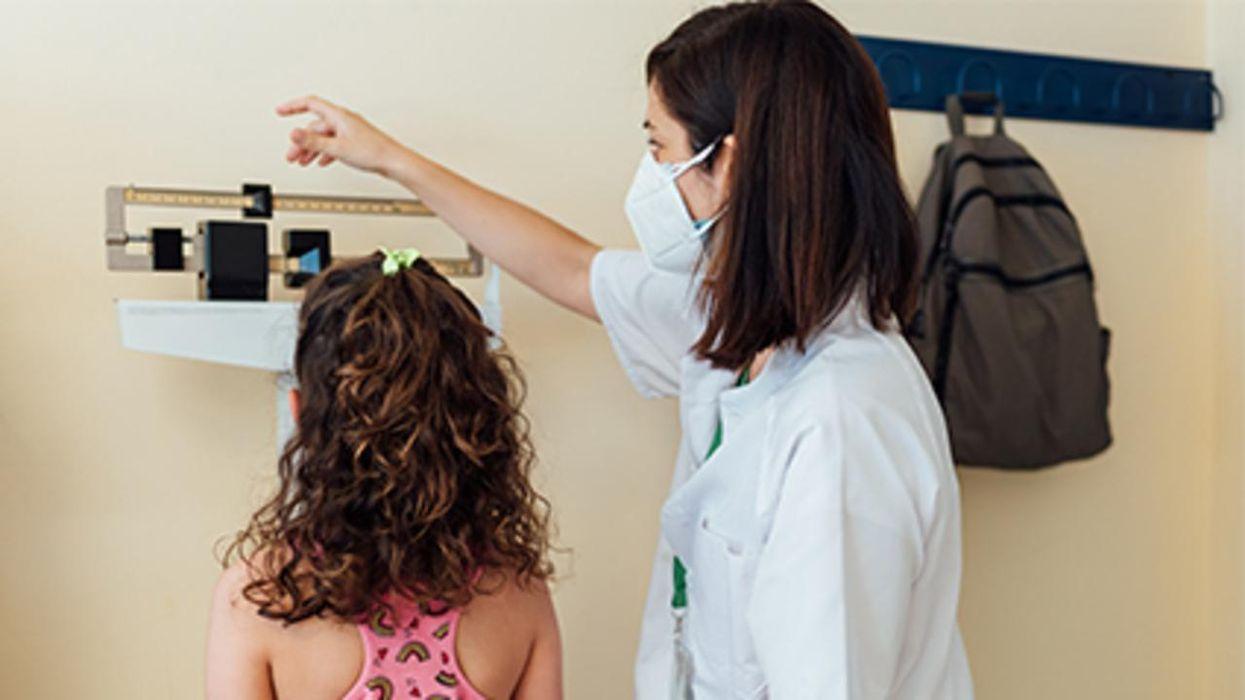 El peso de las niñas jóvenes está relacionado con el riesgo de trastornos alimenticios