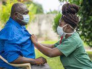 El personal de hogares de ancianos más cercanos a los pacientes son los menos propensos a vacunarse de COVID