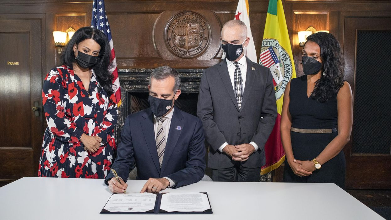 los angeles mayor signing new vaccine mandate