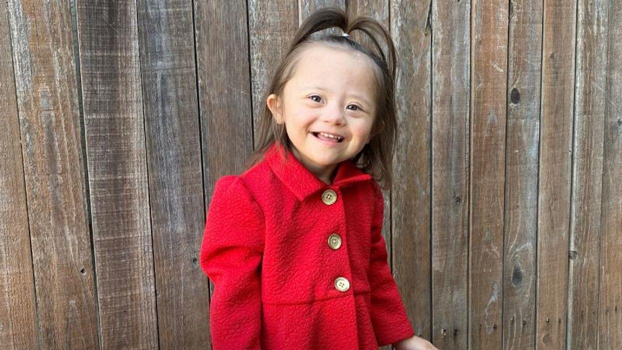 AHA News: Una niña de 3 años con síndrome de Down ya es modelo y embajadora del corazón